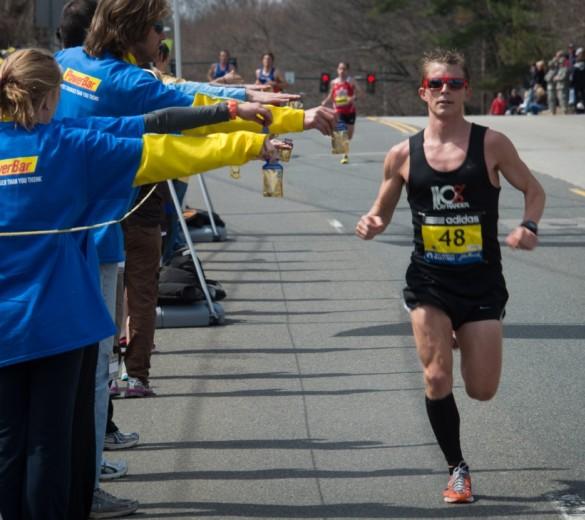 Hombre corriendo durante un evento de resistencia