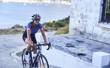 Imagen de una ciclista con ropa dhb