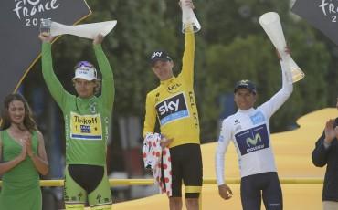 Chris Froome en el podio de ganadores del Tour de Francia 2015