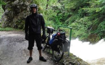 Harry al lado de su bicicleta