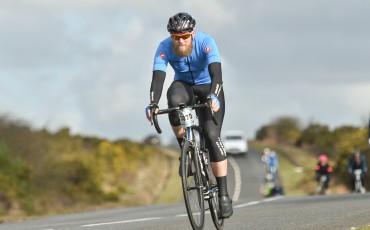 Fotografía de Marty McKinlay en plena competición con la ropa ciclista de Castelli