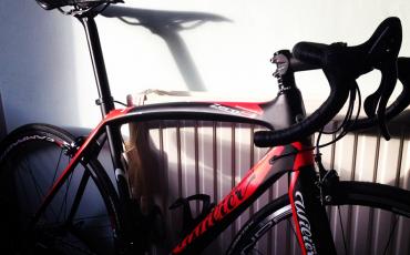 Foto de la bicicleta Wilier Zero 9 de Peter apoyada contra un radiador