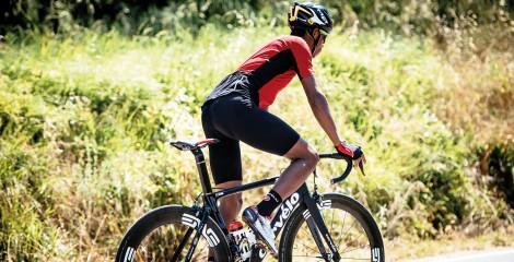 Ciclista vestido con el culote corto con tirantes Castelli Mondiale